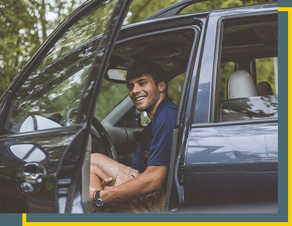 Homem dentro do carro sorrindo